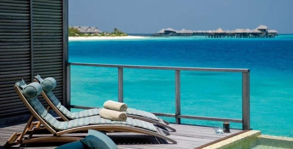 01_Coco_Palm_Bodu_Hithi_water_villa