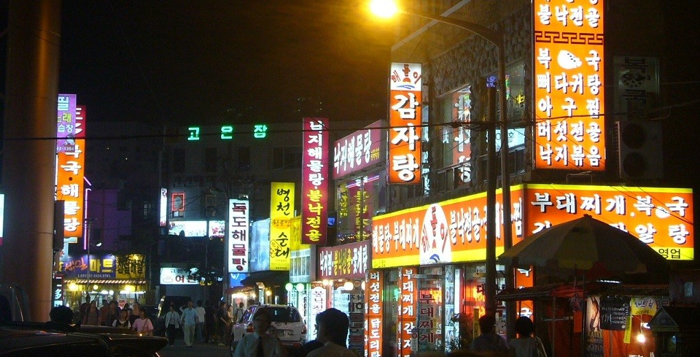 street-at-night-1216978_1020x520